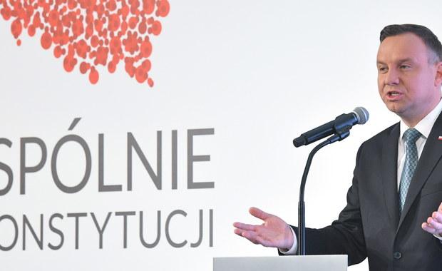 """Polsce potrzebna jest konstytucja na miarę rzeczywistości XXI wieku - podkreślił prezydent Andrzej Duda. Jak dodał, w roku obchodów stulecia odzyskania niepodległości Polacy powinni mieć poczucie, że mogą w pełni suwerennie kształtować swoją przyszłość. W przemówieniu otwierającym kongres """"Wspólnie o konstytucji na Narodowym"""", który podsumowuje dotychczasowe, organizowane przez Kancelarię Prezydenta spotkania regionalne dot. referendum konsultacyjnego ws. zmian w konstytucji, Duda ogłosił zakończenie pierwszego etapu debaty przedreferendalnej."""