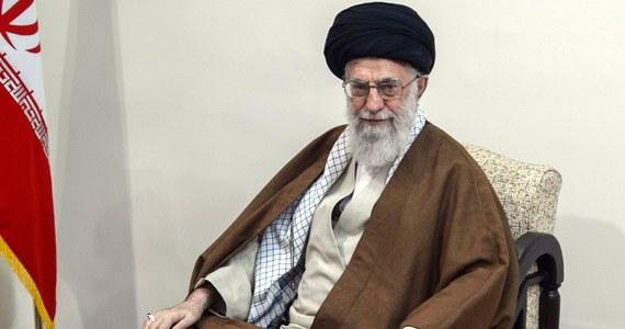 Najwyższy przywódca duchowo-polityczny Iranu ajatollah Ali Chamenei wezwał w czwartek kraje muzułmańskie do zjednoczenia przeciwko Stanom Zjednoczonym. Podkreślił, że Teheran nigdy nie da się zastraszyć Waszyngtonowi - podała irańska telewizja państwowa.