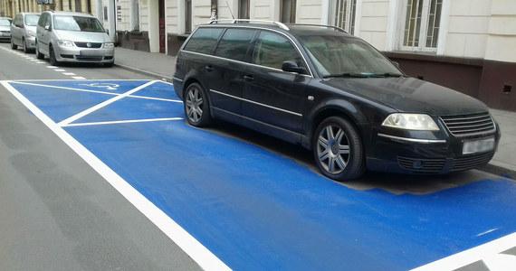 Auto stojące na miejscu parkingowym i drogowcy malujący wokół niego niebieską kopertę. To nie fabuła kabaretowego skeczu, ale rzeczywistość rodem z Krakowa. Teraz spece od znakowania dróg czekają, że kierowca odjedzie. Wtedy dokończą swoje dzieło.