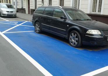 Namalowali niebieską kopertę... wokół auta. Teraz muszą czekać, aż kierowca odjedzie