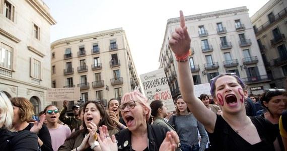 Tysiące Hiszpanów wyszło na ulice po tym jak sąd w Navarrze skazał w czwartek pięciu mężczyzn na kary dziewięciu lat więzienia za seksualne wykorzystanie 18-latki podczas dorocznej fiesty ku czci św. Fermina w 2016 r. Oskarżeni zostali oczyszczeni z zarzutu gwałtu zbiorowego na kobiecie i właśnie ta wiadomość wywołała oburzenie opinii publicznej.