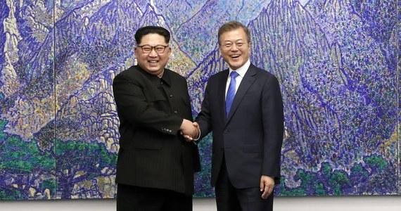 """""""Dziś rozpoczyna się nowa era pokoju i dobrobytu w relacjach między Koreami"""" - oświadczył przywódca Korei Północnej Kim Dzong Un, który przekroczył granicę z Koreą Południową i po raz pierwszy spotkał się z prezydentem tego kraju Mun Dze Inem."""