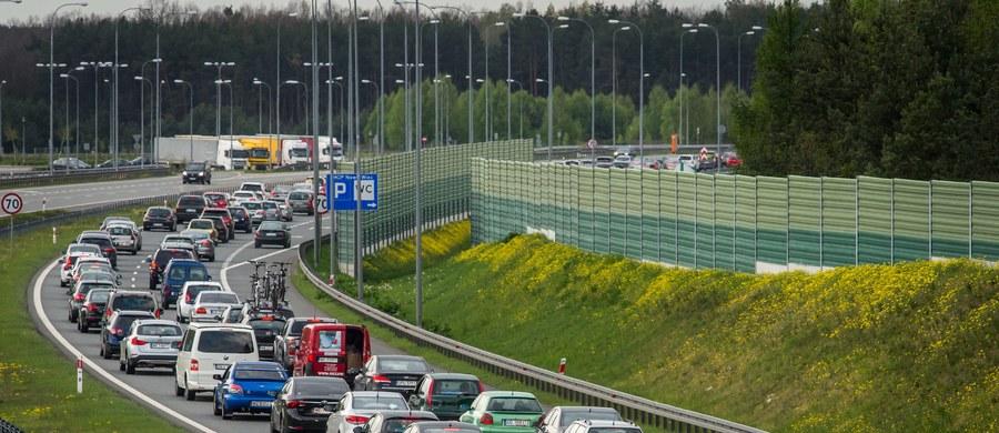 Nawet 5 tys. policjantów ruchu drogowego wyjedzie na drogi w czasie długiego weekendu majowego. Będą przede wszystkim zwracali uwagę na przekraczanie prędkości, trzeźwość i sposób przewożenia pasażerów.