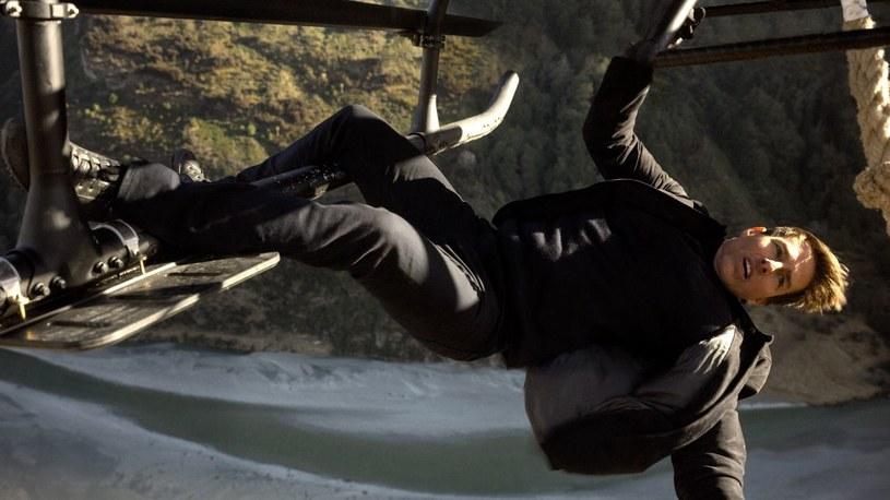 """Tom Cruise doznał kontuzji w trakcie kręcenia sceny kaskaderskiej do najnowszej części """"Mission: Impossible"""", co uniemożliwiło mu dalszą pracę na planie."""