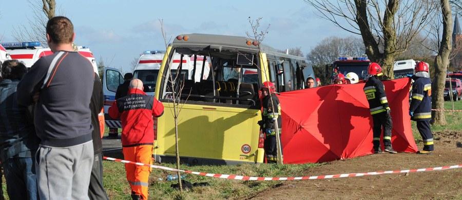 Kierowca ciężarówki, która w Słowinie zderzyła się z autobusem, w wyniku czego zginęło dwoje uczniów i rannych zostało 17 osób, został w piątek aresztowany na trzy miesiące. Tak zdecydował Sąd Okręgowy w Koszalinie. Przychylił się do zażalenia prokuratury na postanowienie sądu pierwszej instancji.