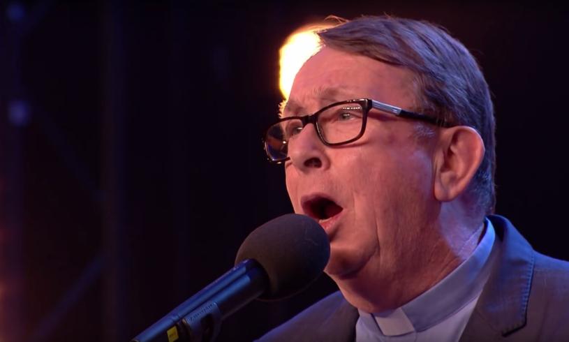 """Pamiętacie hit internetu z 2014 r. z śpiewającym księdzem Rayem Kellym? Teraz duchowny z Irlandii Północnej robi furorę w brytyjskim """"Mam talent""""."""