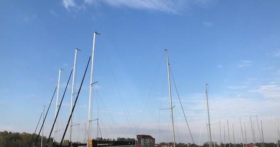 W cyklu Twoje Miasto odwiedzamy dzisiaj warmińsko-mazurskie Mikołajki. Nasz żółto-niebieski wóz satelitarny zaparkował w Wiosce Żeglarskiej. To jeden z najchętniej odwiedzanych portów na szlaku Wielkich Jezior Mazurskich. Nie zabraknie dzisiaj tematów związanych z żeglarstwem, bo długi weekend to tradycyjnie początek sezonu na łapanie wiatru w żagle.
