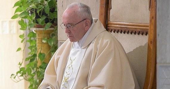 Papież Franciszek przekazał za pośrednictwem Twittera, że jest głęboko dotknięty śmiercią Alfiego Evansa, dwulatka z Wielkiej Brytanii, o którego stoczono sądową batalię. Chłopiec zmarł w sobotę kilka dni po odłączeniu od maszyn utrzymujących go przy życiu.