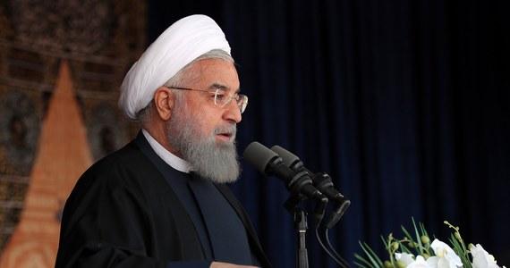 """Prezydent Iranu Hasan Rowhani wyklucza zmiany w porozumieniu z 2015 r. ws. irańskiego programu nuklearnego. Strona irańska poinformowała, że takie stanowisko Rowhani przekazał w niedzielę w rozmowie telefonicznej prezydentowi Francji Emmanuelowi Macronowi. """"Porozumienie nuklearne nie podlega ponownym negocjacjom i irańskie zobowiązania nie będą wykraczały poza tę umowę"""" - miał oświadczyć Rowhani. Jednocześnie powiedział, że Iran jest gotów do osobnych rozmów na temat sytuacji na Bliskim Wschodzie, zwłaszcza jeśli chodzi o """"stabilność i bezpieczeństwo regionu, przede wszystkim o walkę z terroryzmem""""."""