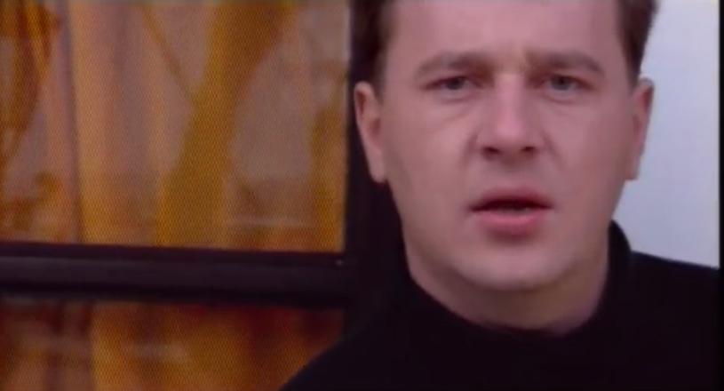 W latach 90. Marek Żurobski robił karierę muzyczną z zespołem disco polo Domino, którego był wokalistą. Teraz stracił wszystko, nie ma domu, a śpiewając na ulicy zbiera pieniądze na protezy nóg.