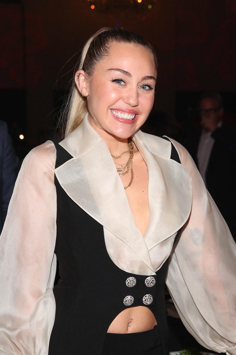 """Miley Cyrus na swoim Twitterze postanowiła w niewybredny sposób odnieść się do sesji zdjęciowej dla """"Vanity Fair"""" z jej udziałem, która 10 lat temu wywołała spory skandal."""