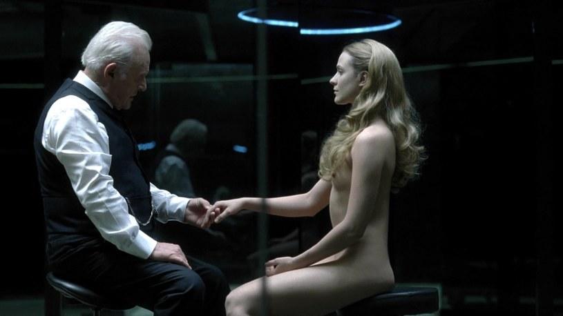 """Evan Rachel Wood przyznała, że nie przejmuje się już czekającymi ją na planie serialu """"Wesrorld"""" rozbieranymi scenami, ponieważ duża ilość nagości w produkcji HBO sprawiła, że traktuje już podobne sekwencje jako normę."""