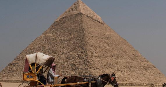 Żenili się z Egipcjankami i pracowali na podobnych stanowiskach, jak inni mieszkańcy Doliny Nilu. Wbrew stereotypom nie wznieśli piramid, a ich życie wcale nie musiało być cięższe, niż Egipcjan wykonujących niewdzięczne zawody. O niewolnikach w Egipcie opowiada PAP dr Andrzej Ćwiek.