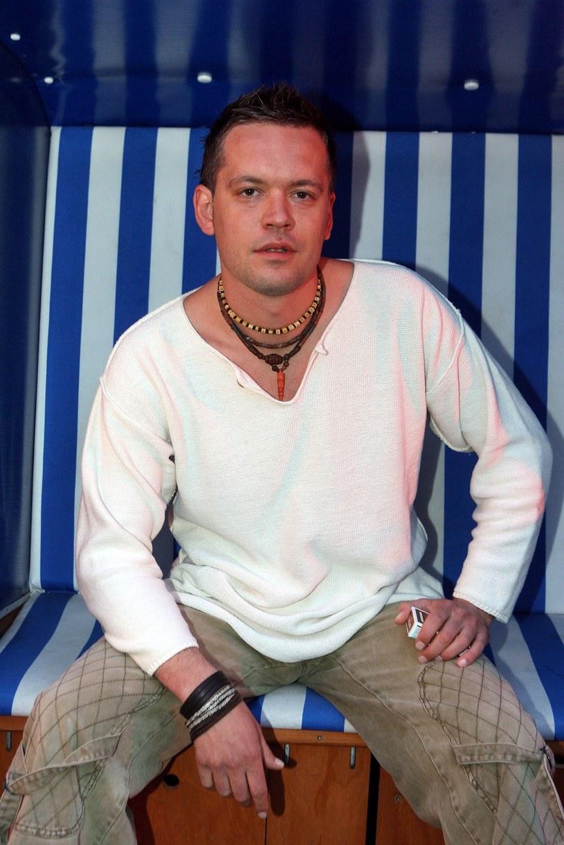 """W zeszłym roku Krzysztof Antkowiak nagrał bożonarodzeniową piosenkę do """"Barw szczęścia"""", a teraz dołączył do obsady serialu! Gra Wolana, muzyka, który z powodu zawirowań życiowych został bezdomnym."""