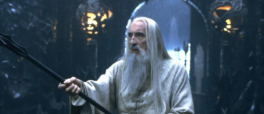 """Na jaw wychodzą nowe okoliczności związane z przygotowaniem filmowej adaptacji """"Władcy Pierścieni"""" J.R.R. Tolkiena. Ian Nathan, autor wydanej niedawno książki o kulisach tej superprodukcji zdradził, że producent Harvey Weinstein miał swoją wizję tego projektu i sugerował zmianę na fotelu reżysera. Weinstein chciał, by Petera Jacksona zastąpił jego długoletni współpracownik - Quentin Tarantino. O sprawie pisze m.in. """"The Guardian""""."""
