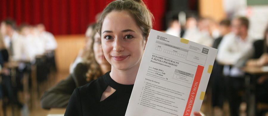 Ponad 274 tys. tegorocznych absolwentów liceów ogólnokształcących i techników pisało dziś maturę z języka polskiego na na poziomie podstawowym. Poniżej publikujemy arkusz CKE - język polski poziom podstawowy wraz z odpowiedziami zaproponowanymi przez eksperta Interii.pl.