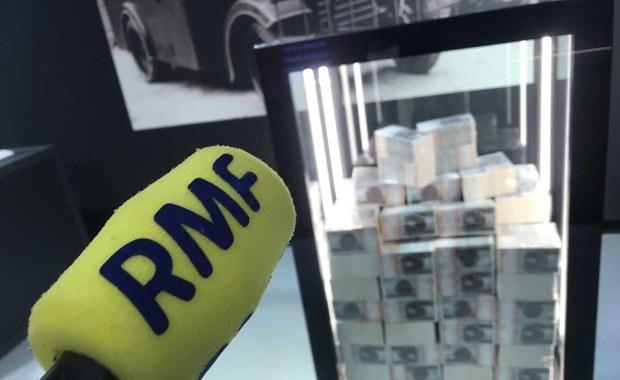 """Niedostępna dla postronnych sortownia banknotów Narodowego Banku Polskiego to Twoje Niesamowite Miejsce w Faktach RMF FM. Dziennie przez maszyny ustawione w pomieszczeniu o powierzchni kilkudziesięciu metrów kwadratowych przechodzi pół miliona sztuk banknotów. Prędkość sortowania to 33 banknoty na sekundę. """"Sortujemy je, żeby odzyskać jak najwięcej banknotów dobrej jakości, które można skierować ponownie do obiegu na rynku. Zdecydowana większość nadaje się do tego. Urządzenia odczytują ich cechy: czy nie są wiotkie lub pogniecione"""" - tłumaczą pracownicy sortowni."""