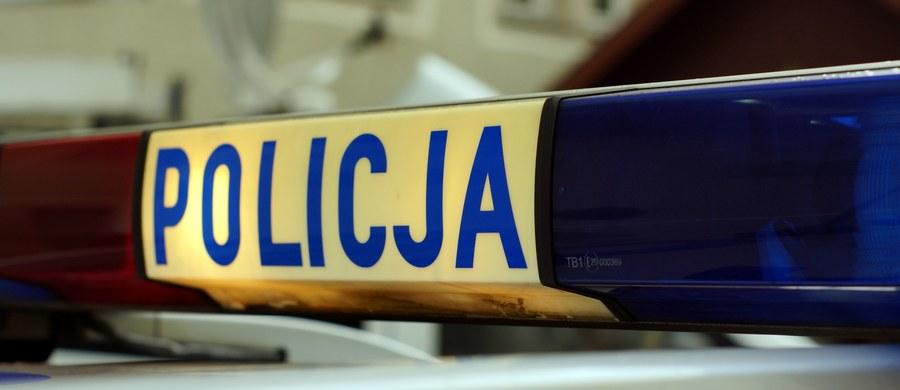 Policja i prokuratura wyjaśniają okoliczności tragicznego wypadku w miejscowości Wilcze Piętki w woj. łódzkim. Nietrzeźwy 16-latek na skuterze śmiertelnie potrącił tam pieszego, a następnie zjechał do rowu, w wyniku czego zmarł podróżujący z nim jego rówieśnik.