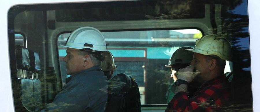 """Trwa akcja ratunkowa w kopalni Zofiówka w Jastrzębiu Zdroju. W sobotę tuż przed godziną 11 doszło tam do silnego wstrząsu. Wycofywano pracujących pod ziemią górników, jednak 7 pracowników kopalni nie wyszło na powierzchnię i nie było z nimi kontaktu. Na ich poszukiwanie wyruszyli ratownicy. O 16:35 poinformowano, że udało się dotrzeć do dwóch górników - są poszkodowani. Niestety ratownicy natrafili na rumowisko, co spowolniło ich akcję. Przed godziną 22:00 prezes JSW przekazał dziennikarzom: """"Mamy informację, że ratownicy widzą kolejnego górnika"""". Wciąż czekamy na wieści o pięciu poszukiwanych górnikach. Informację o tym zdarzeniu dostaliśmy na Gorącą Linię RMF FM."""