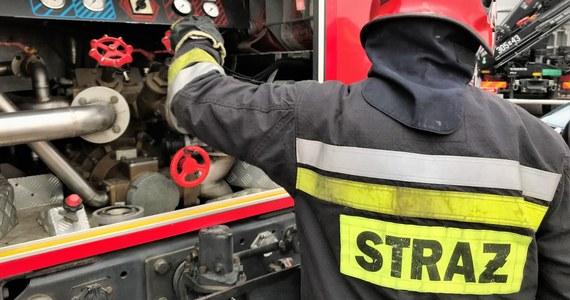 """12 zastępów straży pożarnej gasiło pożar, który wybuchł w ośrodku wypoczynkowym """"Jermak"""" w Gudowie nad jeziorem Lubie. Nikt nie został poszkodowany."""