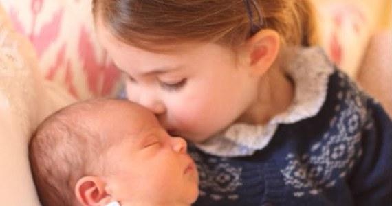 W internecie pojawiły się pierwsze oficjalne zdjęcia najmłodszego członka brytyjskiej rodziny królewskiej. Ich autorką jest księżna Kate.