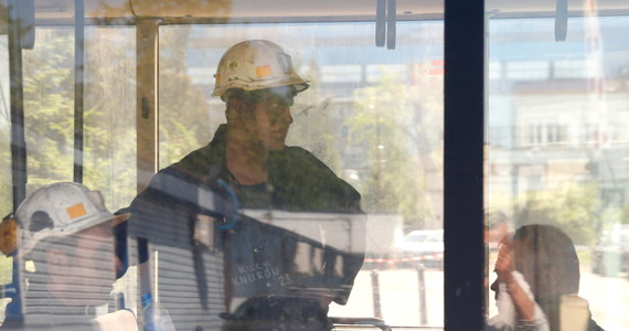 Metan, wysoka temperatura i przede wszystkim praca w bardzo ciasnym miejscu mogą teraz utrudniać akcję w kopalni Zofiówka-mówi nam Jerzy Markowski,ekspert górniczy, który w przeszłości przez wiele lat był też m.in. ratownikiem. Jego zdaniem nie da się w tej chwili dokładnie określić, gdzie dokładnie mogą znajdować się poszukiwani górnicy.