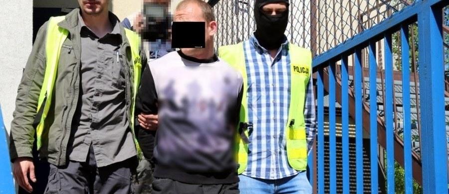 """W nocy z soboty na niedzielę stołeczni policjanci zatrzymali 34-latka, który podczas """"Szturmowego Święta Pracy"""" miał na sobie koszulkę z symboliką SS. Wcześniej Obywatele RP, którzy zablokowali marsz nacjonalistów złożyli zawiadomienie do prokuratury, że policja nie reagowała na podobne symbole."""