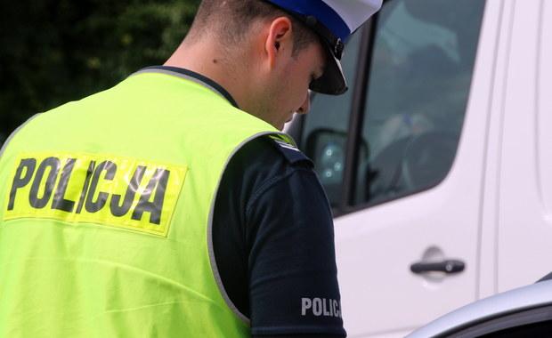 Około 3 kilometrów pod prąd przejechała w weekend obwodnicą Trójmiasta 81-latka z Gdyni. Seniorka po zatrzymaniu przez policję tłumaczyła, że czuła, iż coś zrobiła źle, jednak gdy się zorientowała, nie wiedziała, jak się zachować. Na szczęście nie doszło do tragedii.