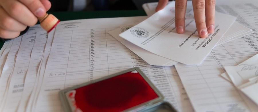 Cały czas brakuje 300 urzędników, którzy mieliby pracować przy tegorocznych wyborach samorządowych - dowiedział się reporter RMF FM. Jest tak, mimo że już wcześniej PKW ostro zmniejszyła wymaganą liczbę.
