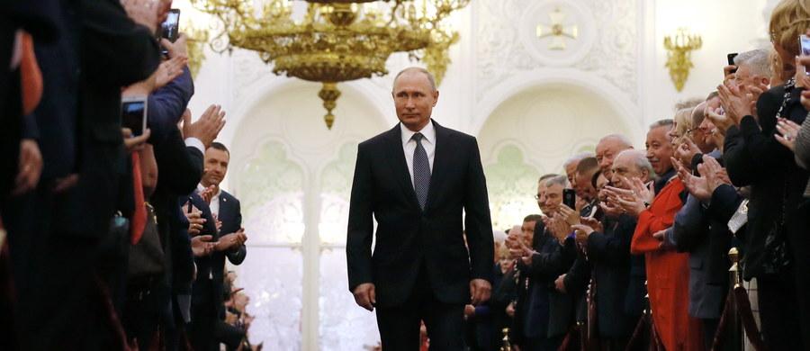 Władimir Putin został zaprzysiężony na prezydenta Federacji Rosyjskiej. Uroczystość odbyła się w Wielkim Pałacu Kremlowskim, dawnej rezydencji carów. Trzymając rękę na konstytucji FR, Putin wypowiedział słowa przysięgi prezydenckiej.