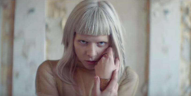 """Aurora, która szykuje się do wydania drugiej płyty, zaprezentowała teledysk do piosenki """"Queendom""""."""