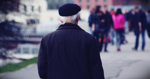 Jedną z najczęstszych metod oszukiwania albo naciągania seniorów są zaproszenia na darmowe badania. Zazwyczaj zaczyna się to tak, że ktoś do nas dzwoni albo wrzuca do skrzynki pocztowej zaproszenie na darmowe badanie.