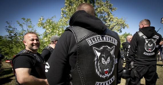 Na wspieranych przez Kreml motocyklistów z nacjonalistycznego klubu Nocne Wilki, którzy przyjechali do Pragi oddać hołd rosyjskim żołnierzom z czasów wojny, czekali zwolennicy i przeciwnicy ich rajdu. Policja zatrzymała dwie osoby.