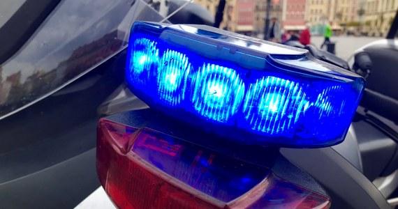 Policja zatrzymała trzech mężczyzn, którzy brali udział w sobotniej bójce pseudokibiców na rynku w Rzeszowie. W stolicy Podkarpacia pobiło się wówczas około 80 osób.