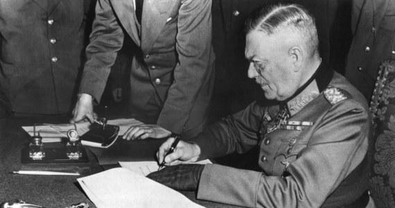 8 maja 1945 r. w Karlhorst marszałek Georgij Żukow o godz. 22.30 przyjął bezwarunkową kapitulację niemieckich sił zbrojnych od feldmarszałka Wilhelma Keitla. W Moskwie, ze względu na dwugodzinną różnicę czasu, był już 9 maja. Oznacza to, że istnieją dwie oficjalne daty tego wydarzenia - 8 maja w państwach zachodnich i 9 maja w Rosji, a wcześniej w ZSRR i państwach bloku sowieckiego.