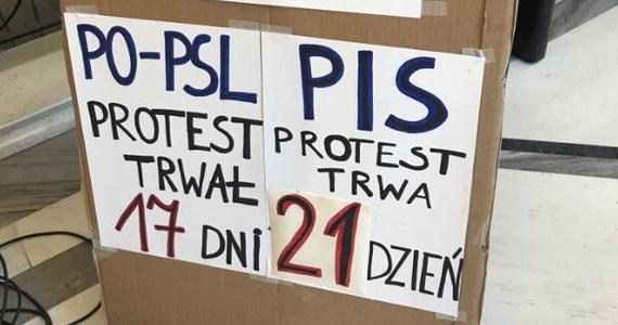"""""""Koniec rozmów za zamkniętymi drzwiami. Z naszej strony kolejnej pozycji kompromisu już nie będzie"""" - mówią o poranku protestujący w Sejmie opiekunowie i niepełnosprawni. Dziś mija 21 dni, od kiedy okupują sejmowe korytarze."""