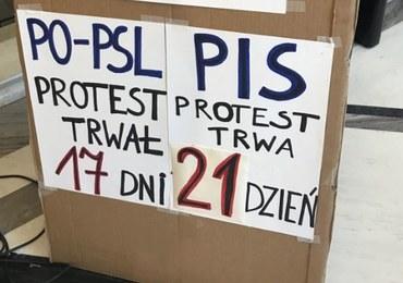 Protestujący w Sejmie: Koniec rozmów za zamkniętymi drzwiami. Już nikomu nie wierzymy