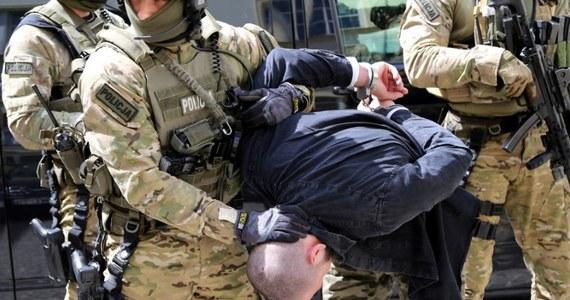 24-letniego Rosjanina narodowości czeczeńskiej - podejrzanego o dokonanie i usiłowanie dokonania zabójstwa w Niemczech - zatrzymali funkcjonariusze Komendy Głównej Policji z zespołu zajmującego się poszukiwaniem najgroźniejszych przestępców oraz policjanci komendy stołecznej policji. Jak dowiedział się reporter RMF FM, mężczyzna wpadł koło Pruszkowa na Mazowszu.