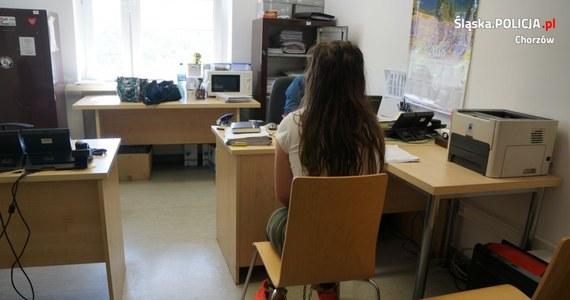 Chorzowscy policjanci zatrzymali 19-latke, która pobiła swojego niespełna trzymiesięcznego syna. Według policji nie był to odosobniony przypadek. Matce postawiono już zarzut usiłowania zabójstwa. Stan niemowlęcia lekarze określają jako ciężki.