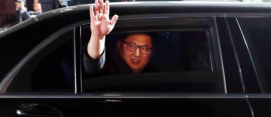 Do miasta Dalian na północy Chin przyleciał wczoraj ważny północnokoreański urzędnik. Media spekulują, że może to być kolejna sekretna wizyta Kim Dzong Una przed jego planowanym spotkaniem z prezydentem USA Donaldem Trumpem – podała agencja Yonhap.