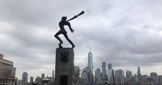 O losach Pomnika Katyńskiego w Jersey City zadecydują dwa amerykańskie sądy. We wtorek trafiły do nich oddzielne pozwy Polonii o tymczasowe zablokowanie zamiarów burmistrza Jersey City Stevena Fulopa, pragnącego przenieść monument w inne miejsce. Polaków popiera kilku członków Rady Miejskiej.