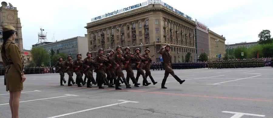"""Rosjanie świętują 9 maja zwycięstwo nad nazistowskimi Niemcami. Jeszcze w nocy ludzie gromadzili się przy pomniku """"Matka ojczyzna wzywa"""" w Wołgogradzie, by oddać hołd poległym. Pogrzebano tam blisko 400 tysięcy żołnierzy. W środę rano na Placu Czerwonym w Moskwie rozpoczęła się defilada wojskowa. Bierze w niej udział ponad 13 tysięcy żołnierzy i oficerów."""