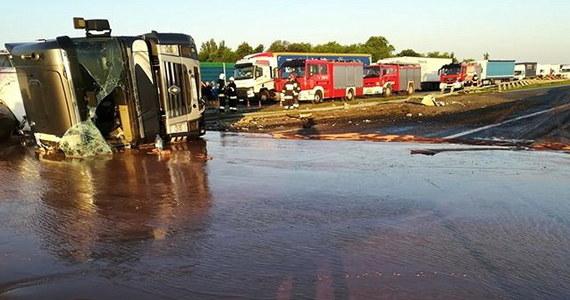 12 ton czekolady wylało się na autostradę A2 między Wrześnią a Słupcą w Wielkopolsce po wypadku ciężarówki. Niegroźnie poszkodowany został kierowca cysterny. Po godz. 21 udało się odblokować po jednym pasie w obu kierunkach.
