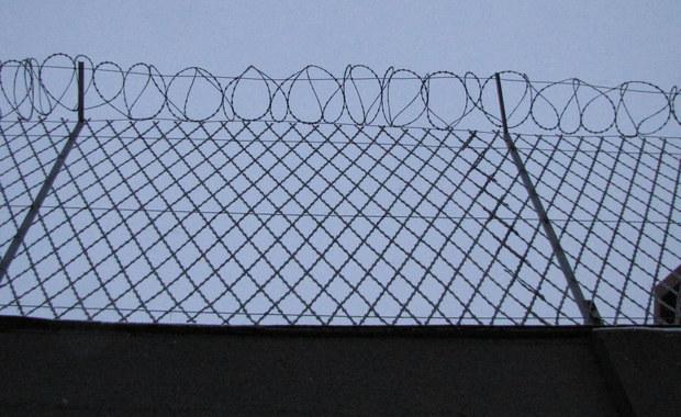 Wrocławski Sąd Apelacyjny uwzględnił zażalenie prokuratury na zastosowanie tzw. aresztu kaucyjnego wobec b. wiceszefa Biura Gospodarki Nieruchomościami stołecznego ratusza Jakuba R. Oznacza to, że nie będzie on mógł wyjść z aresztu po wpłaceniu kaucji. Jakub R. to jeden z główny podejrzanych w śledztwie dot. warszawskich reprywatyzacji.