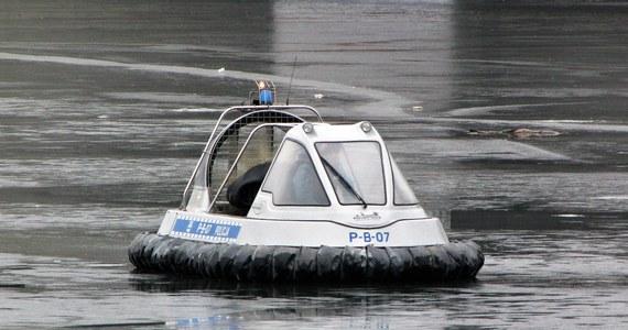 Podlaska policja potwierdziła odnalezienie ciała mężczyzny, poszukiwanego od sobotniego wieczoru po tym, jak w Łomży skoczył do Narwi, by ratować innego, który skoczył z mostu.