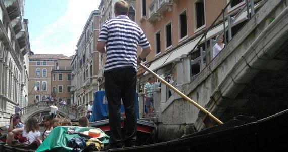 Przez trzy najbliższe lata w Wenecji nie będą otwierane nowe sklepy i lokale gastronomiczne z żywnością na wynos - postanowiły władze miasta. W ten sposób walczą z powszechną praktyką jedzenia pod gołym niebem - na mostach, schodach zabytków i kościołów.