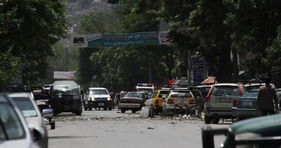 Co najmniej siedem osób zginęło, a 17 zostało rannych w dwóch środowych zamachach w Kabulu - poinformował rzecznik afgańskiego ministerstwa zdrowia Wahid Madżroh. Do jednego z nich przyznało się Państwo Islamskie, a do drugiego talibowie.
