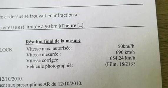 Kierowca z Belgii dostał mandat, z którego wynikało, że w terenie zabudowanym swoim oplem astrą jechał z kosmiczną prędkością, sięgającą 696 km/h. Za szybką jazdę miał zapłacić niemal 6600 euro. Mężczyzna zgłosił się z dokumentem na policję, która stwierdziła, że to wynik awarii.