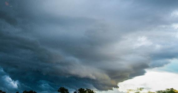 Silne burze z gradem na Śląsku. W Gliwicach spadające z nieba lodowe kulki miały wielkość ziaren grochu. Burza następnie przeniosła się w rejon Bielska-Białej.