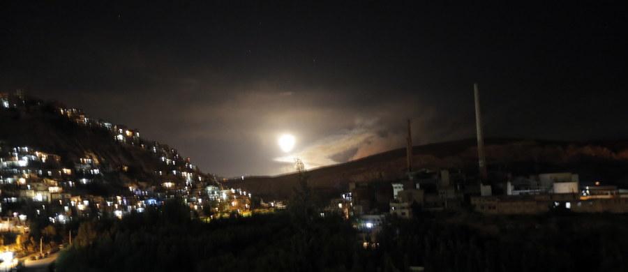 """Izraelskie samoloty bojowe rano po raz drugi zaatakowały rakietami terytoria Syrii, a syryjskie służby obrony przeciwlotniczej odpowiedziały na atak - podał Reuters, powołując się na syryjską państwową agencję prasową SANA. Według tej ostatniej, syryjskie siły obrony przeciwlotniczej zestrzeliły """"dziesiątki izraelskich rakiet na syryjskim niebie"""". Wcześniej rzecznik izraelskiej armii informował, że odpowiedziała ona na atak przeprowadzony przez siły irańskie na należącą do Izraela część Wzgórz Golan."""